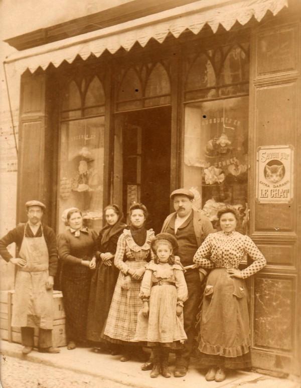 Commerçants devant leur boutique, Roussillon, vers 1900.