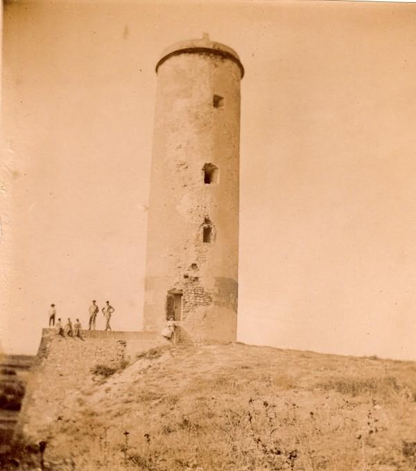 La tour de Château Roussillon.