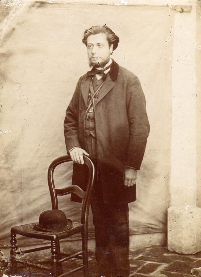 portrait en pied de Jacques Velzy, orfèvre de Perpignan.