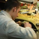 Jeune artisan fabricant des bijoux en Grenat de Perpignan