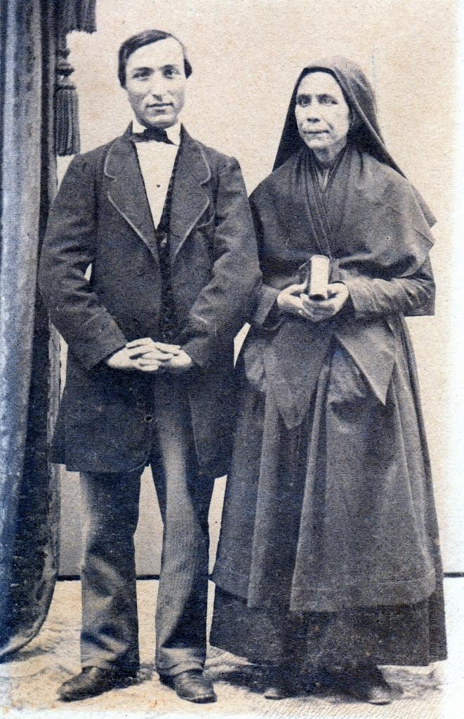Couple de Roussillonnais, photo JB.Jacob, rue des écoles vieilles à Perpignan, vers 1860. La femme porte la capuche noire.