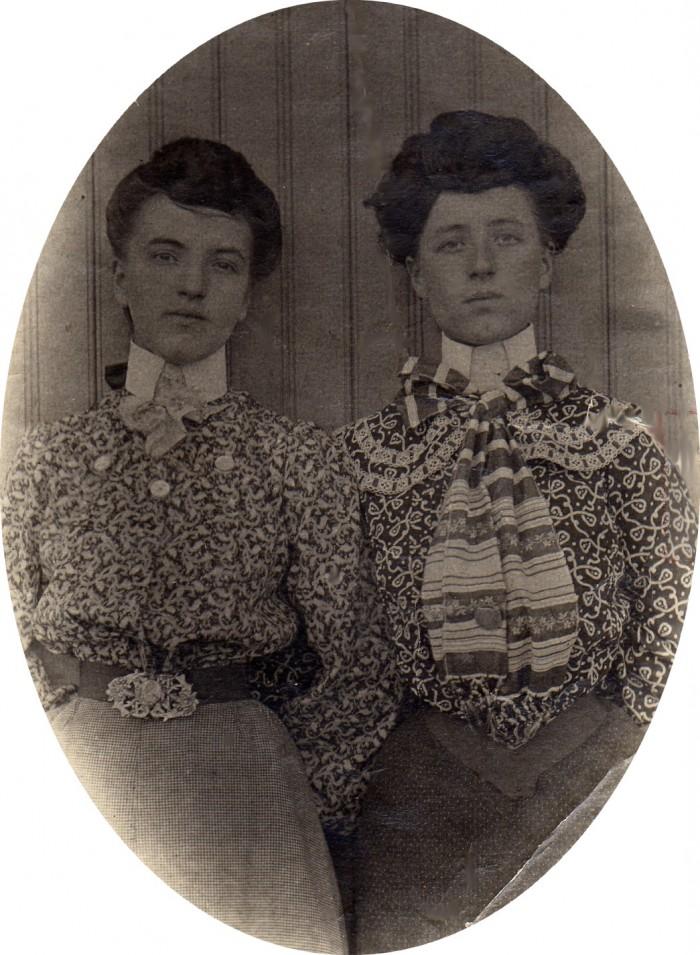 Thérèse et Marie Parès en 1903.