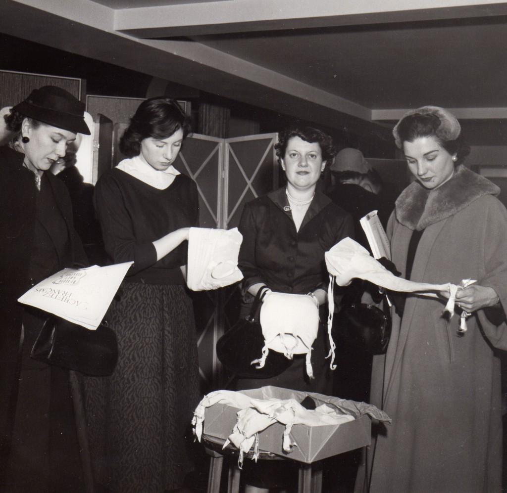 10 février 1955, presentation de corsets et gaines Chiquita à Londres par la fedération nationale des industries du corset