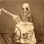 Arlésienne du 18e, cliché photographique anonyme, vers 1880.
