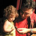 Jean-Michel Calvet, bijoutier à Prades et sa petite fille.