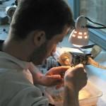 Etudiant en train de sculpter une pierre fine. Ecole de Turnov.