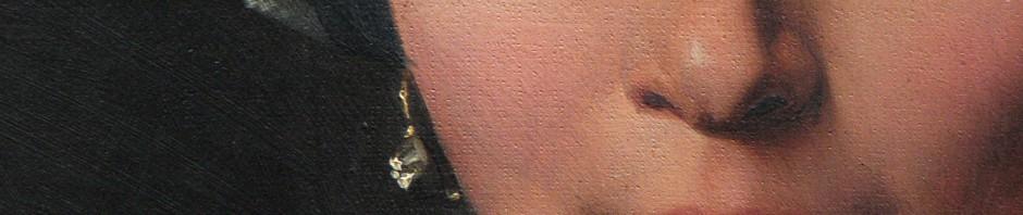 Détail de la boucle d'oreille: créole en or à chaton d'argent avec rose de diamant.