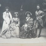 Bourgeoisie perpignanaise en costumes d'époques.