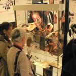 visiteurs intéresses par le bijou traditionnel