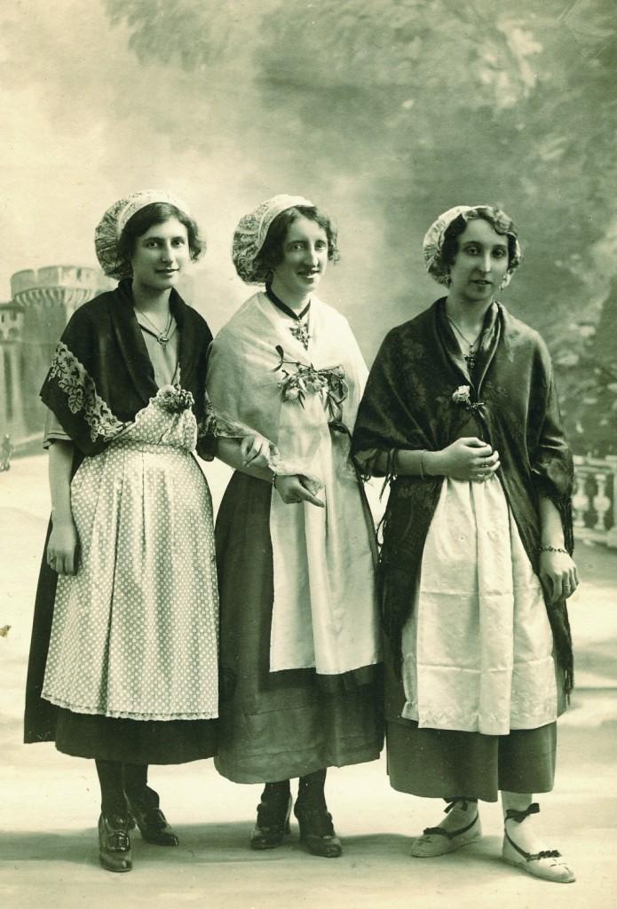 Jeunes Catalanes en 1925 lors d'une fête régionaliste à Perpignan.