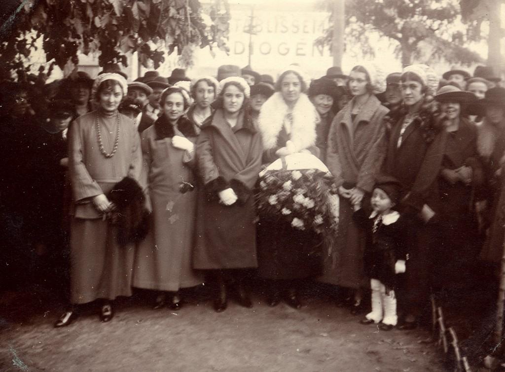 Fête régionaliste à Perpignan vers 1925 devant l'usine Diogène.