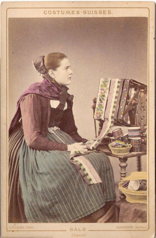 femme suisse brodeuse de rubans