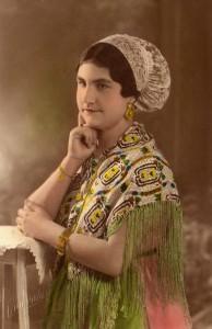 jeune femme posant en costume folklorique dans les années 1930
