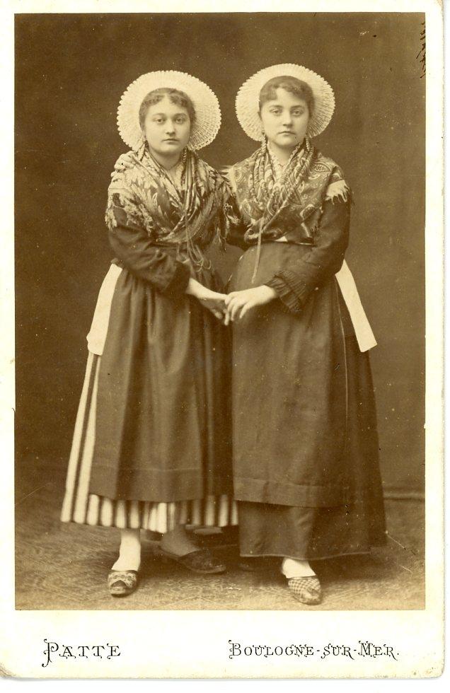 Costume et bijoux des femme de Boulogne sur Mer, vers 1880.