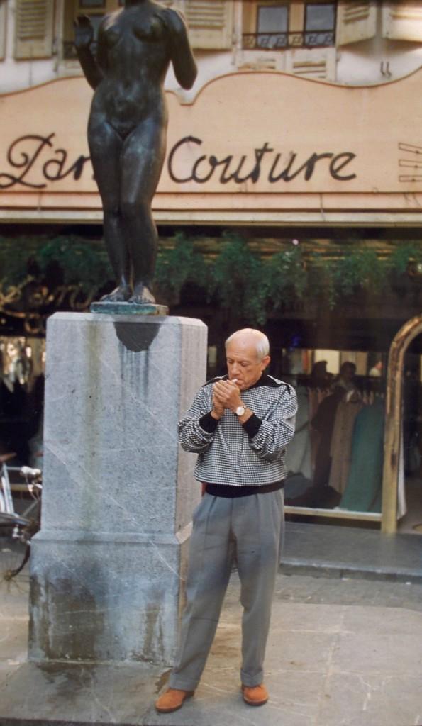 Picasso à Perpignan sur la place de la Loge devant la statue de Maillol