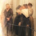 Arlésiennes visitant l'exposition.