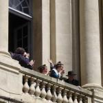 La 22e Reine d'Arles salue la foule