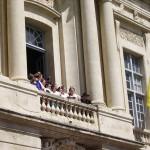 La Reine au balcon salue le peuple d'Arles