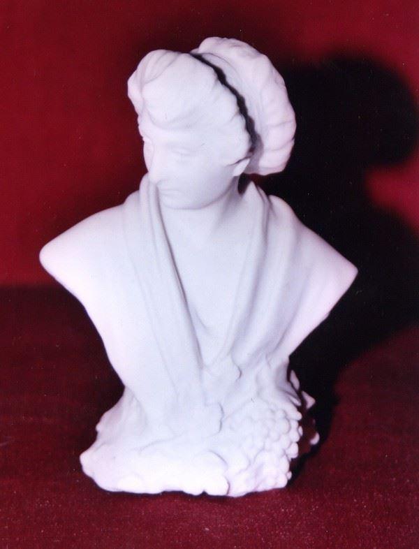 Buste en biscuit de Sèvres de la Catalane, fontaine de Raymond Sudre à Baixas.