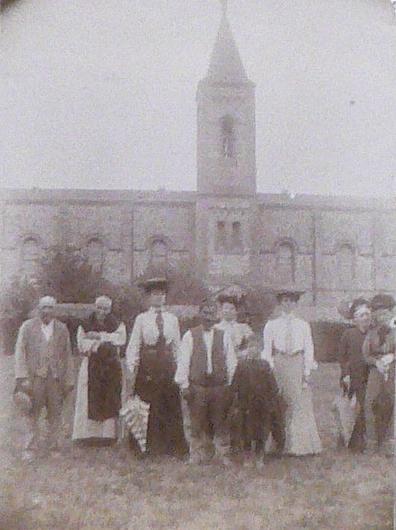 Devant le couvent d'Espira, vers 1904, fonds de Rivals.