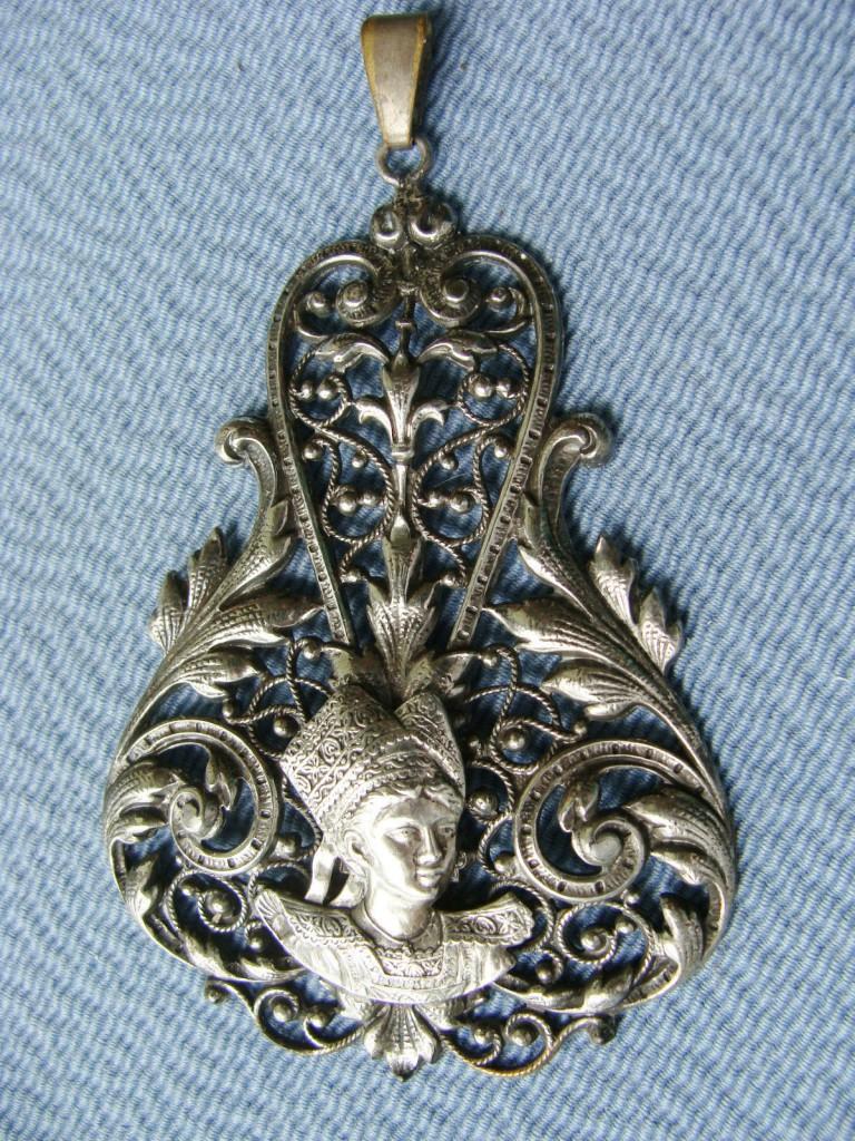 Pendentif Bretonne, métal, XXe s.