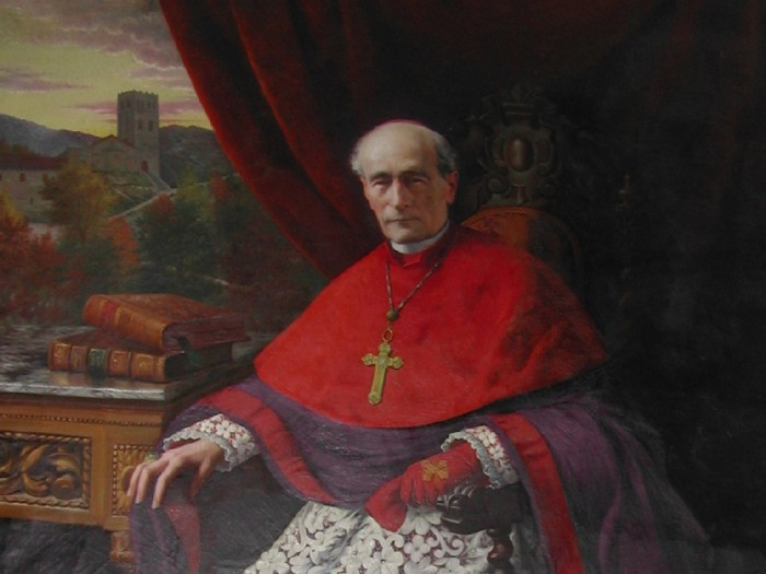 L'évêque Jules Carsalade du Pont avec l'abbaye en fond.