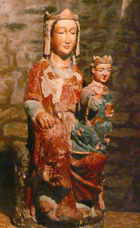 Vierge de la crypte de Saint Martin du CanigouVierge de la crypte de Saint Martin du Canigou