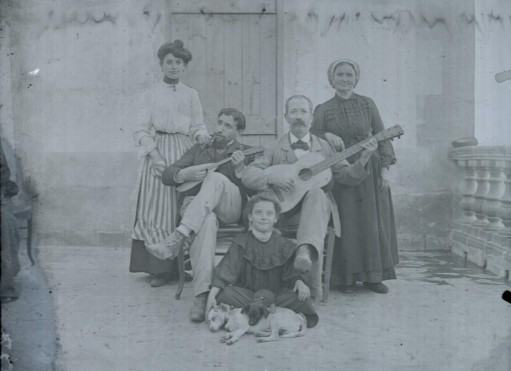 Membres de l'Estudiantina Catalana en famille. Perpignan vers 1890.