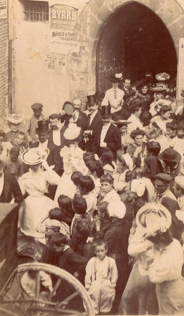 Sortie de l'église de Rivesaltes lors d'un mariage en 1905