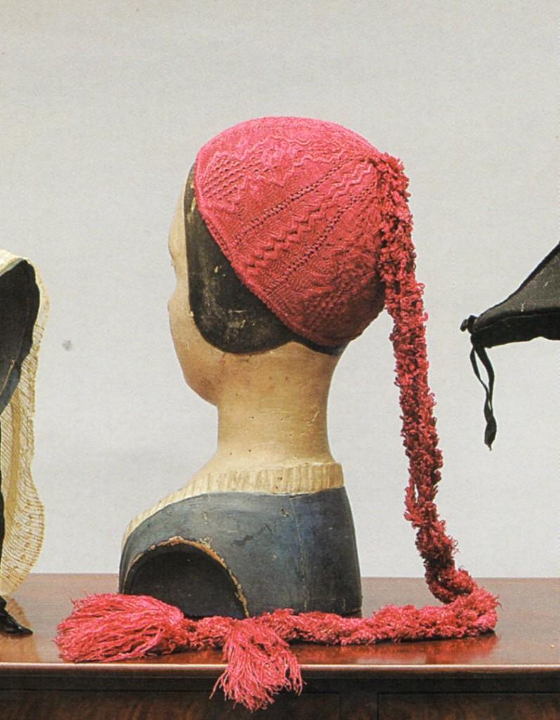 bonnet en maille de soie XVIIIe s. étude Brissonneau-Daguerre, Paris 2009.