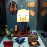 Une des vitrines de l'exposition garnie de bijoux de la période Art déco.