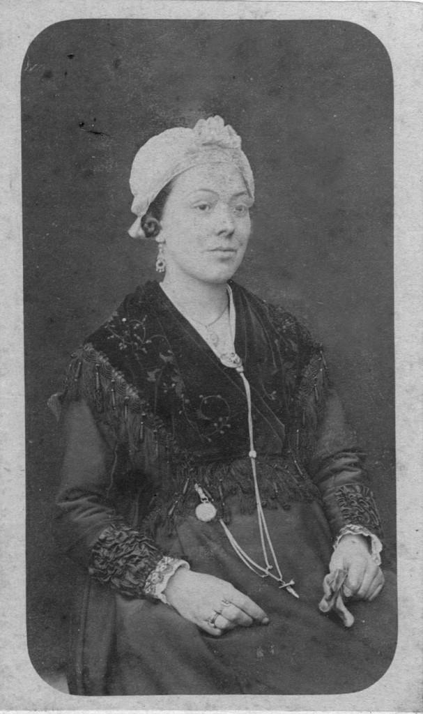 Agde, jeune femme portant lo sarret.