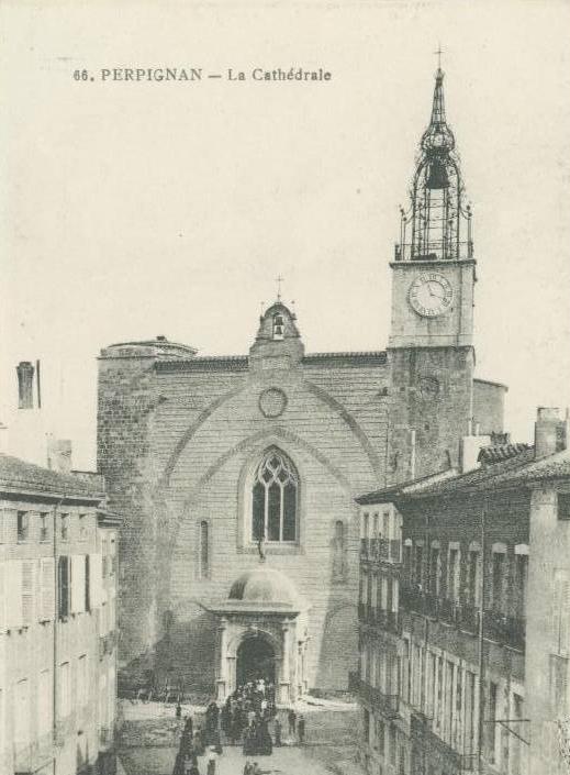 La façade de la cathédrale est débarrassée de son crépis et de son parvis.