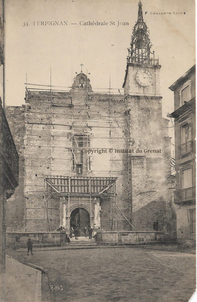 Le decroutage de la façade de la cathédrale de Perpignan