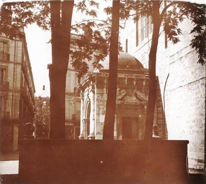 Restes de murettes délimitant le parvis de la cathédrale.