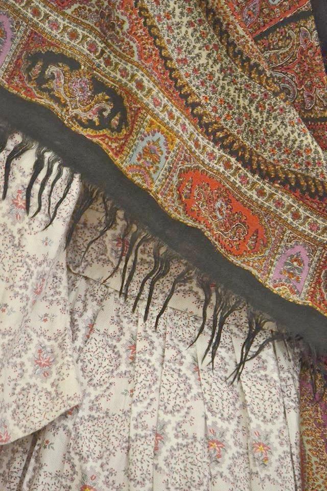 Robe en indienne vers 1850 et châle en étamine de laine  imprimée