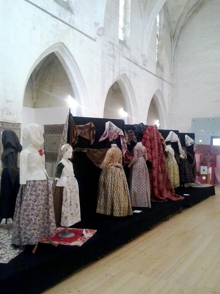Exposition de robes et textiles