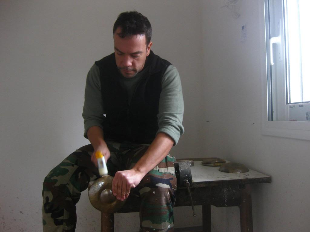 Yannis Tsalapatis martèle une partie du bijou afin de le mettre en forme.