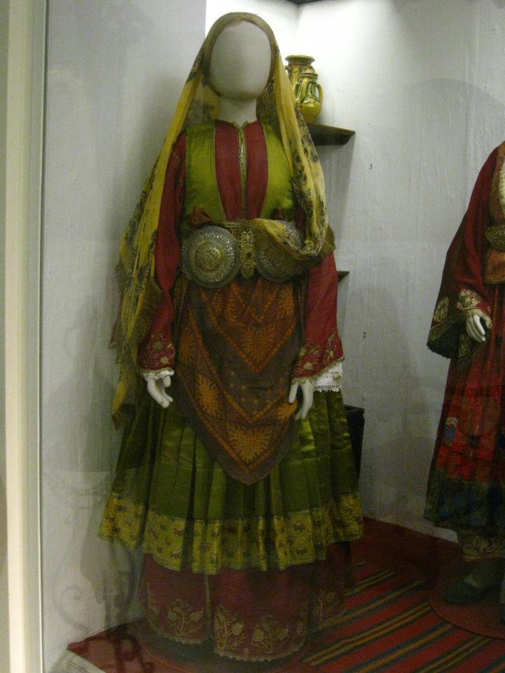 La ceinture dans le costume féminin.