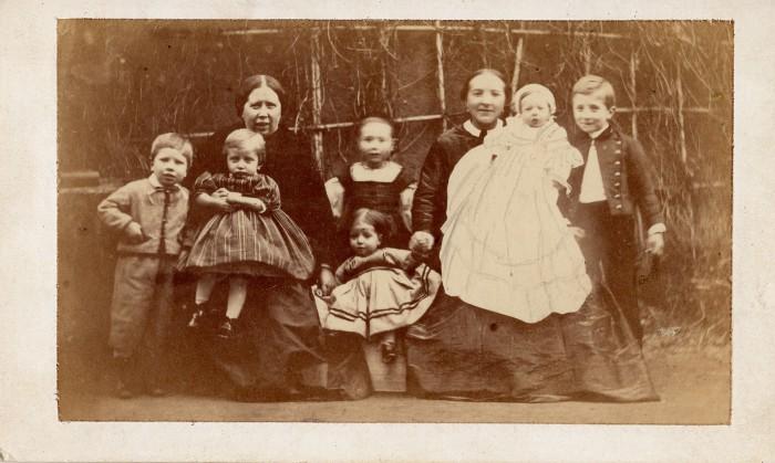 Portrait de femmes avec de jeunes enfants, Perpignan, vers 1860.