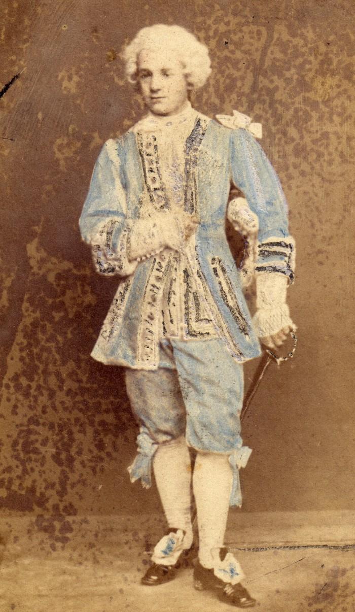 Portrait de jeune homme déguisé en marquis. Le carnaval de Perpignan mettait pendant plusieurs mois la ville de Perpignan en état d'ébullition, entre bals publics et privés, tous destinés à récolter quelques aumônes pour les nécessiteux. Photographie Canavy, Perpignan, vers 1865, collection particulière.