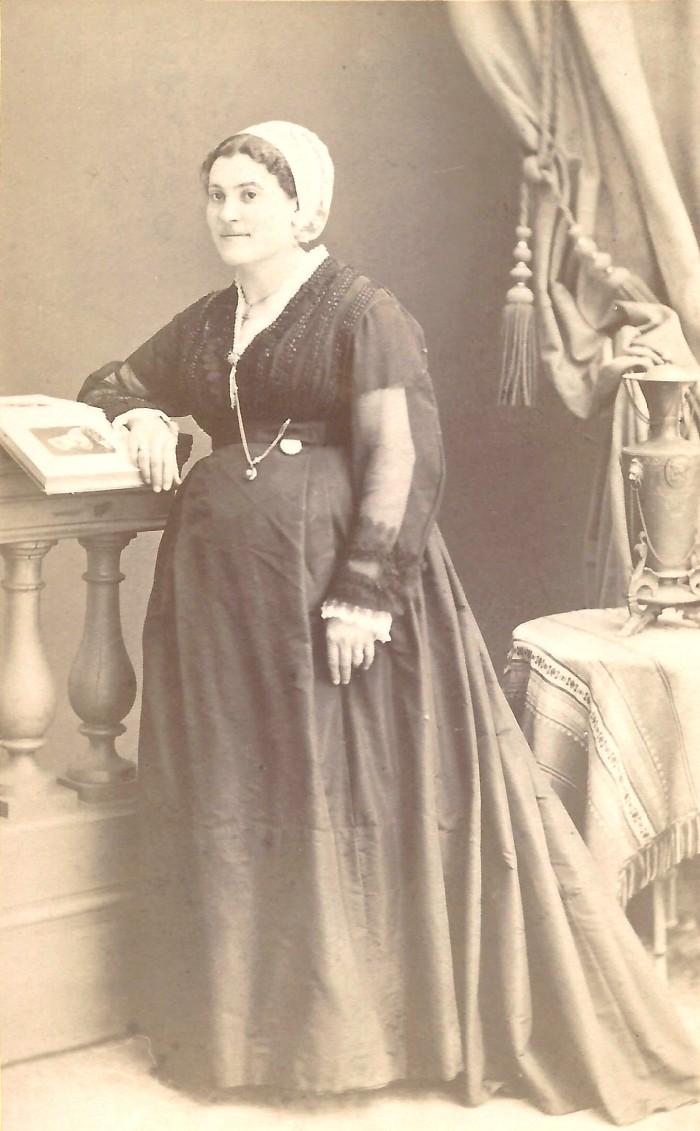 Portrait de Catalane. La coiffe catalane est portée par la petite bourgeoisie. Certaines femmes sont prêtes à des sacrifices énormes pour avoir des tenues qui soient malgré tout du plus grand chic parisien. Photographie Provost, Perpignan, vers 1868, collection particulière.