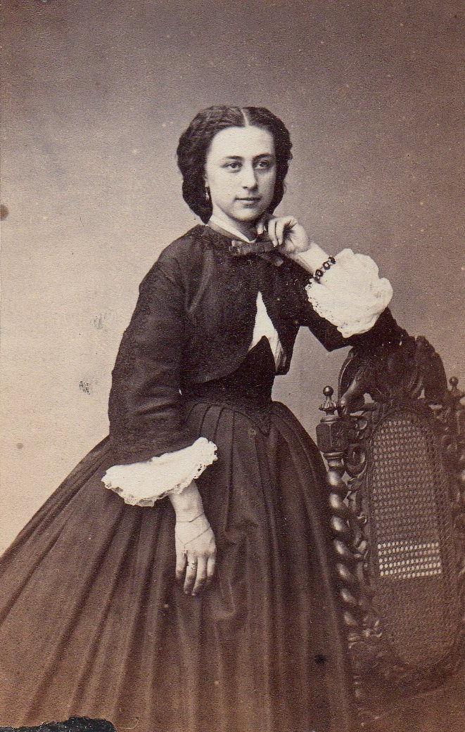 Portrait de femme aux bijoux. Photographie Cabibel, Perpignan, vers 1865, collection particulière.