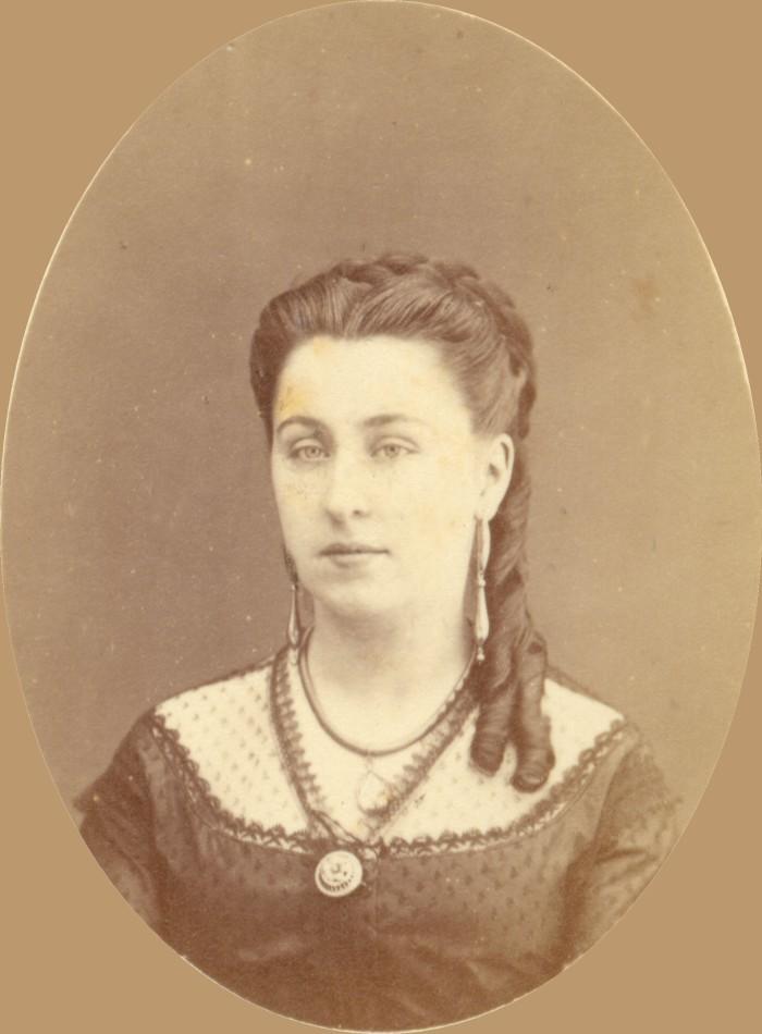Portrait d'Isabelle BOLUIX, née ALZINE. La précision de la photographe permet d'admirer les parures de cette jolie perpignanaise, comme les boucles d'oreilles en or creux appelées «fileuses». Elle a vécu sa jeunesse au 1 rue des Trois-Journées à Perpignan, là ou se trouvait la librairie familiale, avant de se marier avec le notaire Henri Boluix. Cliché anonyme, Perpignan, vers 1870, collection particulière.