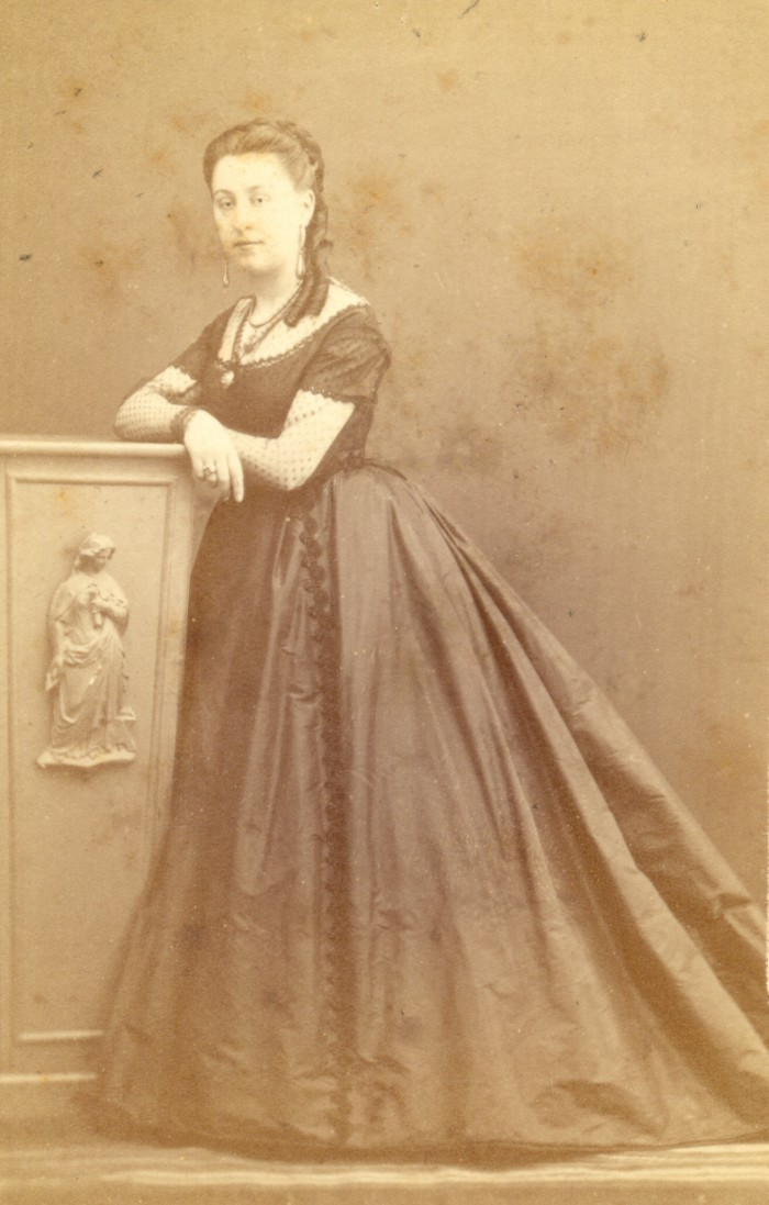 Portrait d'Isabelle BOLUIX, née ALZINE. Isabelle fut baignée durant sa jeunesse dans le milieu légitimiste et carliste, son père, imprimeur du roi, ayant été l'un des principaux correspondants et financiers du parti de Don Carlos durant la première guerre carliste (1833-1839). Photographie Scanagatti, Perpignan, vers 1870, collection particulière.