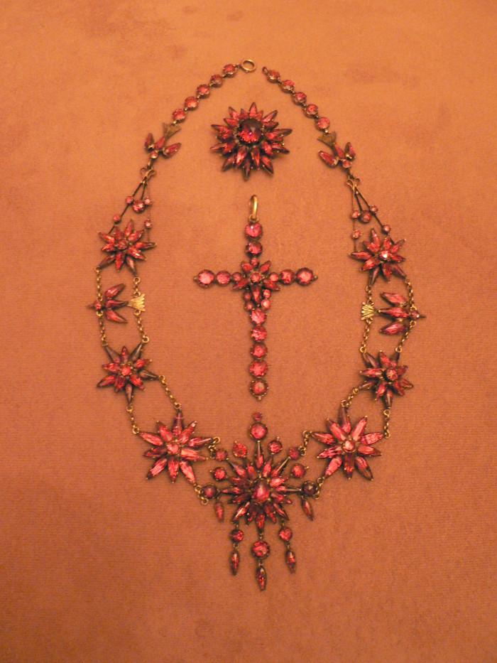 Parure composite. Remontage à base de divers bijoux d'époque Napoléon III.  Or et grenats, Perpignan, vers 1870, collection particulière.