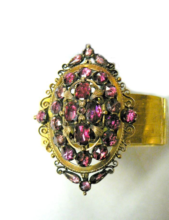 Bracelet. Or et grenats, Perpignan, vers 1865, collection particulière.