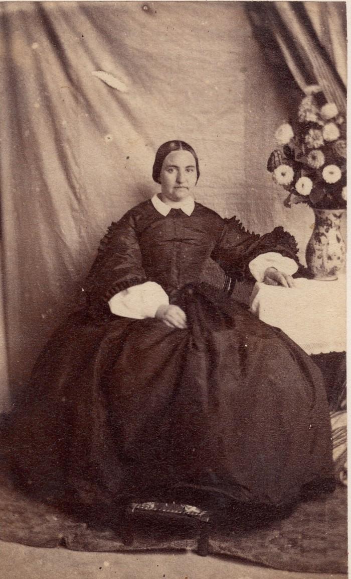femme assise au bouquet de fleurs. Perpignan ou Prades, vers 1860.