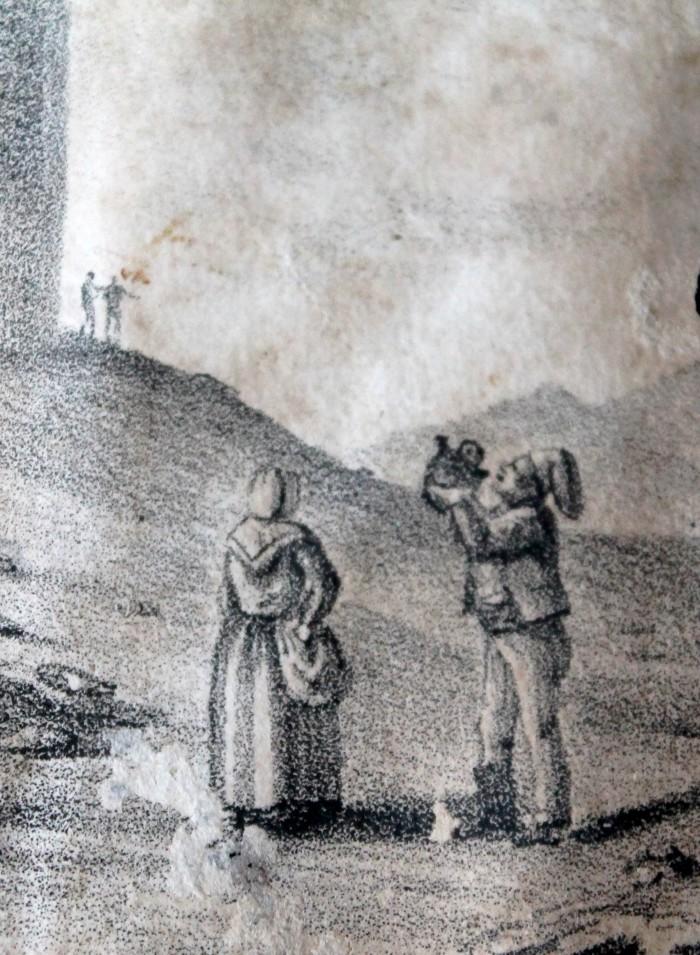 Couple de Roussillonnais au pied de la Tour de Château-Roussillon.
