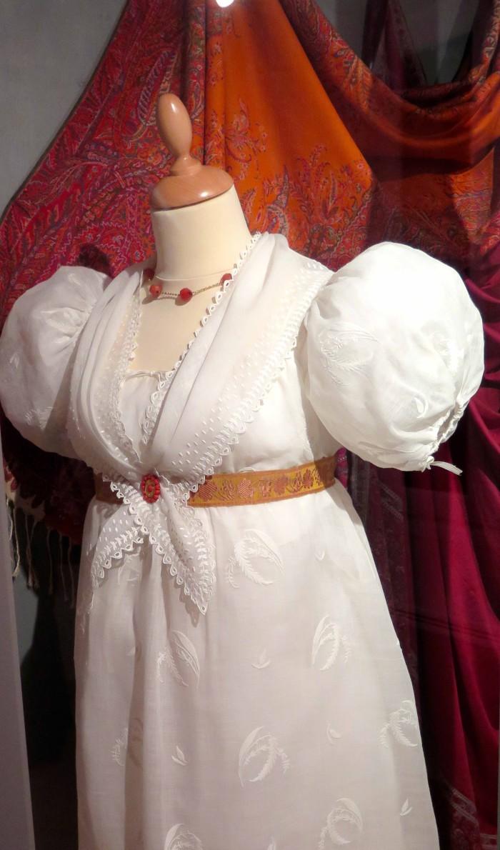 Robe en mousseline de coton vers 1805, pointe en gaze de coton, parure de corail.